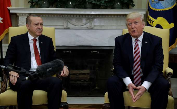 Αρνείται ο Τραμπ ότι η αποχώρηση από τη Συρία γίνεται σε συνεννόηση με τον Ερντογάν