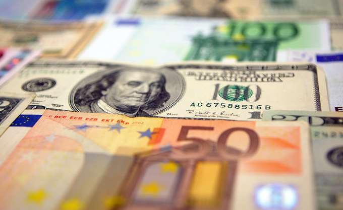 Το ευρώ υποχωρεί 0,17%, στα 1,2028 δολάρια