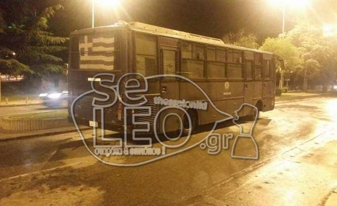 """Ανάληψη ευθύνης για τη """"βροχή"""" μολότοφ κατά λεωφορείου των ΜΑΤ στη Θεσσαλονίκη"""