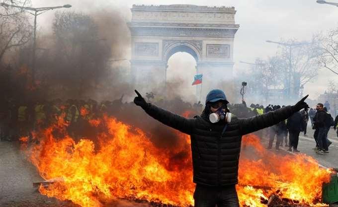 """Γαλλία: Συγκρούσεις στο Παρίσι ανάμεσα στα """"κίτρινα γιλέκα"""" και την αστυνομία"""