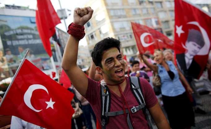 Η Τουρκία ρίχνει λάδι στη φωτιά της Συρίας