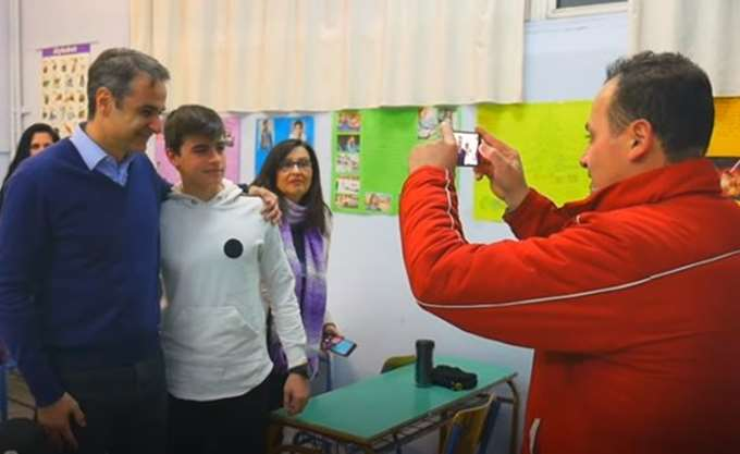 Η συμβολική επίσκεψη του Κ. Μητσοτάκη στο νυχτερινό σχολείο του Αιγάλεω