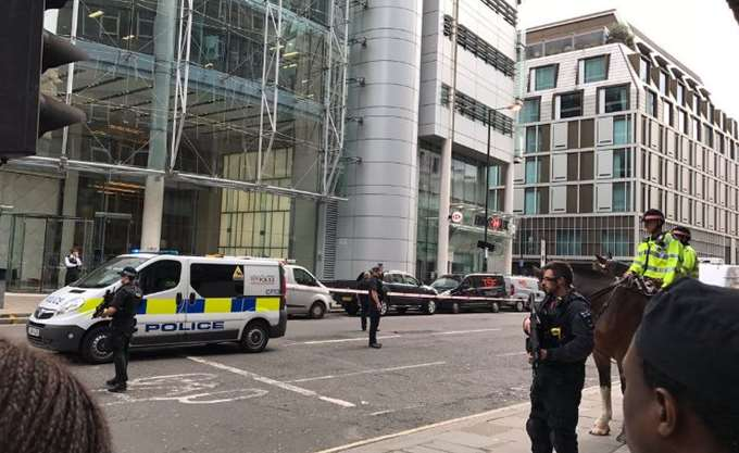 Δύο τραυματίες μετά από αυτοκίνητο που έπεσε σε πεζούς έξω από τέμενος στο Λονδίνο