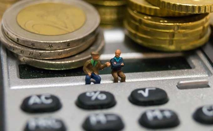 WSJ: Νέοι Έλληνες εξαρτώνται οικονομικά από τις συντάξεις των ηλικιωμένων