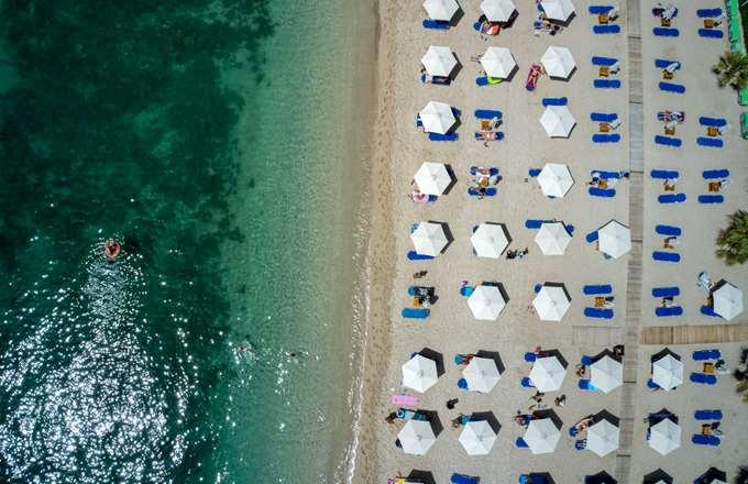 "HSBC: ""Πάμε παραλία!"" - Η ανάκαμψη του τουρισμού στην Ελλάδα θα εκτοξεύσει το ΑΕΠ το 2021-2022"