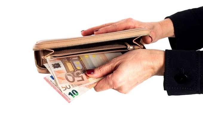 Στο συρτάρι η διάταξη μείωσης του φόρου στα μερίσματα