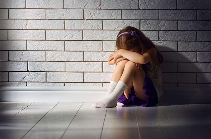 παιδί κακοποίηση κακοποιημένο παιδί στεναχωρημένο παιδί