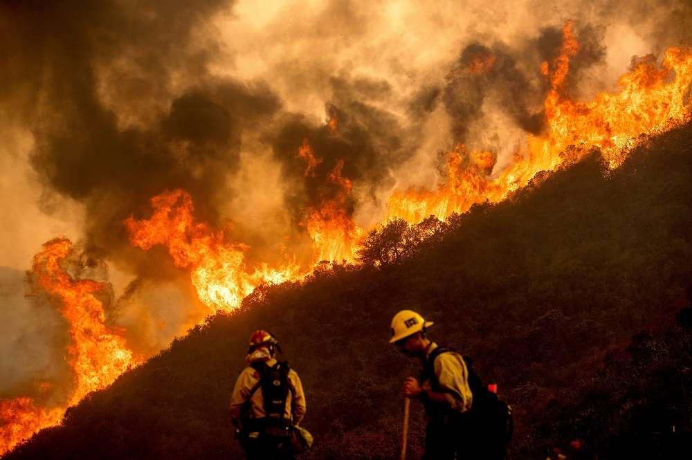 Καλιφόρνια: Η πολιτεία συνεχίζει να φλέγεται, δεκάδες χιλιάδες ...